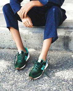 pantalon en bleu foncé, sneakers verts foncés