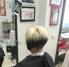 Love this hairstyle two tone color beautiful Bleach Blonde Hair, Bob Cuts, Short Bobs, Dyed Hair, Hair Color, Hairstyle, Dark, Beautiful, Hair Job
