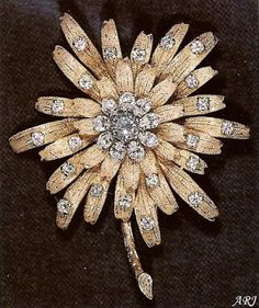 British Royal Jewels: Queen's Gold Dahlia (Frosted Sunflower) Brooch The Frosted Sunflower Brooch is one of the Queen's favorites, and one of the few pieces especially designed for her. Frosted Sunflower Brooch