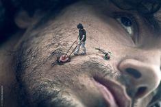 L'artiste photographe Martin de Pasquale se prend en photo puis retravaille ces clichés sur le logiciel de retouche Photoshop. Il en fait une tout autre versions en supprimant ou en rajoutant des éléments au décors et à l'environnement.