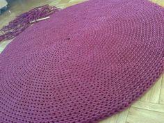 Dywan robiony na szydełku z grubego sznurka bawełnianego