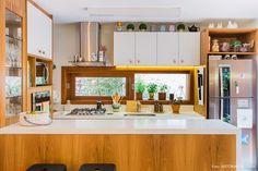 Cozinha tem armários brancos e nichos de madeira. Small Kitchen Plans, Mini Kitchen, Kitchen Ideas, Kitchen Interior, Room Interior, Interior Design, Home And Living, Home And Family, Sweet Home