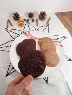 Low Carb Schoko Kekse - für diese Plätzchen benötigt man nur 5 verschiedene Zutaten und die Zubereitung dauert gerade mal 20 Minuten. Perfekt wenn man kohlenhydratarm und kohlenhydratfrei backen möchte! :)