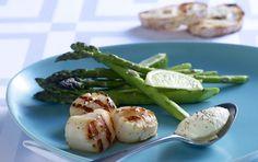 Grillede kammuslinger og asparges med ostecreme