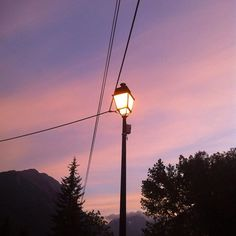 Bonne nuit IG ⭐️ #nofilter #Vallouise #HautesAlpes #light #night #mountain #latergram #sky #skyporn #pink #cloud #lampadaire #sweet #cute #courage #IG #goodnight
