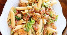 Vous serez comblé par ce plat... Bacon, brocoli, poulet, fromage Veggie Recipes, Pasta Recipes, Dinner Recipes, Cooking Recipes, Confort Food, Sauce Crémeuse, Breakfast Lunch Dinner, Main Meals, Healthy Cooking