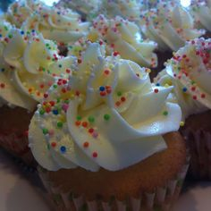 Beschrijf je pin...cupcakes with vanilla buttercream and sprinkles