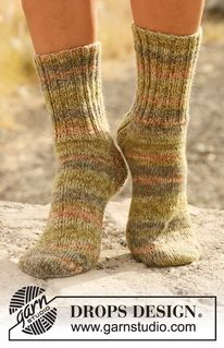 "Knitted DROPS socks with rib in ""Fabel"". Size 15/17 - 44/46. ~ DROPS Design https://www.pinterest.com/pin/292874781993489876/"