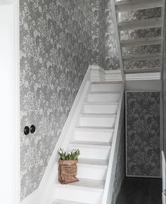 Kujutise pealkiri – English Home William Morris Wallpaper, Morris Wallpapers, Stair Plan, Cosy Interior, Shine The Light, Stair Steps, Entry Hallway, English House, Modern Country