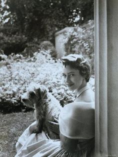 size: Photographic Print: Portrait of the Late Princess Margaret with Her Dog by Cecil Beaton : Artists Royal Princess, Princess Diana, Prinz Philip, Reine Victoria, Margaret Rose, Elisabeth Ii, Cecil Beaton, Queen Mother, British Monarchy