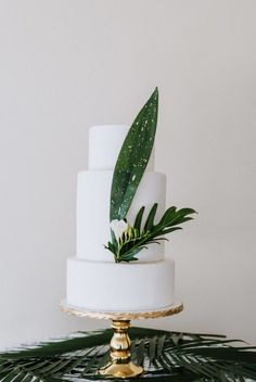 wedding cakes vintage Make a classic white confection perfectly suited to your modern wedding style with these unique ways to decorate a white wedding cake. Tropical palm leaf wedding cake for destination wedding. Summer Wedding Cakes, Black Wedding Cakes, Beautiful Wedding Cakes, Perfect Wedding, Cake Wedding, Wedding White, Purple Wedding, Gold Wedding, Modern Wedding Cakes