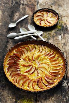 Le goût d'une tarte entre pomme et flan...2 ou 3 petites pommes bien acidulées – 1pâte brisée – 2càs d'amandes effilées – 2 œufs  – 90g de crème liquide entière – 4càs de sucre en poudre – le zeste d'1/4 de citron Etalez le rouleau de pâte et saupoudrez-le avec les amandes. Donnez un coup de rouleau sur la pâte pour y incruster les amandes.