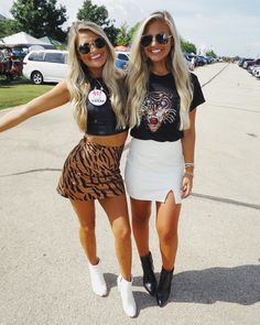 Everything is better in Texas! City Outfits, College Outfits, Fashion Outfits, Bff Goals, Best Friend Goals, Cute Teen Outfits, Outfits For Teens, Football Outfits, Sorority Outfits