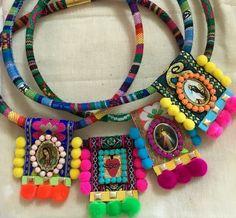 Collares con cordón etnico y escapularios con pompones, muy mexicano. Dale un toque folk a tus accesorios Textile Jewelry, Fabric Jewelry, Boho Jewelry, Jewelry Crafts, Jewelery, Jewelry Design, Fabric Necklace, Diy Necklace, Necklaces
