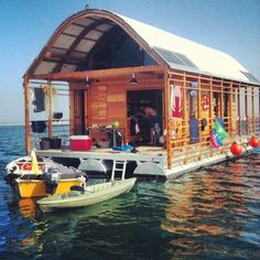 houseboat/boathouse / The Green life <3
