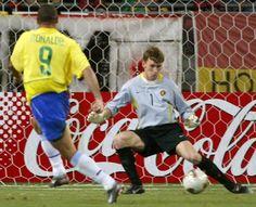 Copa de 2002 - Ronaldo finaliza sem defesa para o goleiro belga Gert de Vlieger na vitória do Brasil por 2 a 0 nas oitavas de final