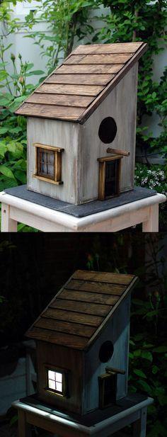 Casa para pájaros hecha en madera.En la puerta hay camuflada una placa solar que recoge energía en una pila durante el día, y la pila alimenta la luz de la ventana durante la noche.El techo también es abatible para poder revisar el estado del nido sin m… #birdhouses