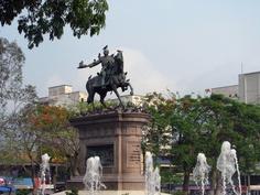 Monumento al capitán general Gerardo Barrios en la plaza homónima. Imagen de mayo 2013 por Alejandro Zepeda.