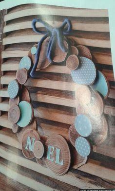 Couronne de Noël avec des rondelles de bois. Vu dans Prima