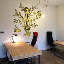 For those who never were here at The Thinking Hut, the space has been designed with the main purpose of facilitating connections and communication through a light and bright open space, transparent meeting rooms, modular furniture and large tables.