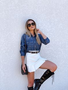 Inspiração com camisa jeans, coturno. #tumblr Moda Instagram, All Jeans, Denim Skirt, White Shorts, Ideias Fashion, Tumblr, Skirts, Women, Shoes Boots Combat