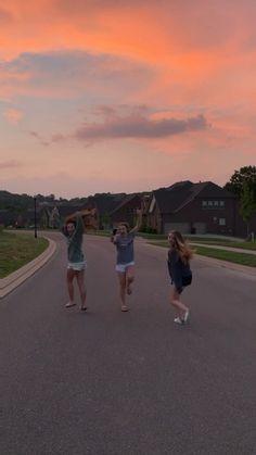 Best Friends Aesthetic, Aesthetic Movies, Cute Friend Pictures, Best Friend Pictures, Shotting Photo, Images Esthétiques, Applis Photo, Summer Goals, Summer Dream