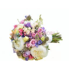 Buchetul este alcatuit din trandafirasi roz, trandafirasi albi, bujori albi, astilbe, brunia, huperycum alb, craspedia, verdeata si accesorii.
