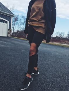 Discover recipes, home ideas, style inspiration and other ideas to try. Outfit Jeans, Nmd Adidas Women Outfit, Adidas Outfit, Adidas Shoes, Nmd Outfit Women, Winter Outfits, Leggings, Casual, Clothes For Women