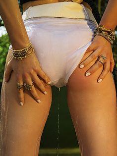"""Sensação do momento nas páginas das revistas nacionais, a modelo Amanda Fiore , representada pela Ford Models Brasil, é a estrela da nova história exclusiva para o FFW Models clicada por Fernando Mazza, que também fez a direção de arte. """"El Ninõ"""" tem a ideia deretratar calor, sensualidade, influências em surrealismo com colagens e cortes. O styling fica por conta de Alexandre Dornellas e beleza assinada por Mauro Marcos. Confira:"""