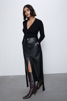 High-waisted midi skirt with front pockets and back patch pockets. Front slit at hem. Zip and button closure. Midi Rock Outfit, Midi Skirt Outfit, Pencil Skirt Outfits, Faux Leather Pencil Skirt, Leather Midi Skirt, Outfits Casual, Fashion Outfits, Zara Fashion, Models