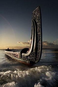 Barcos by Daniel Alho / Canoeing via a Maori Waka (Traditional war canoe), New Zealand Tahiti, Vikings Art, Maori Designs, Maori Art, Kiwiana, Yacht Design, Tall Ships, South Pacific, Water Crafts