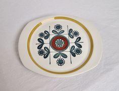 Serveringsfat Stavangerflint. Mønster Kon Tiki, designet av Inger Waage. Retro Vintage, Plates, Ceramics, Tableware, Interior, Scale, Licence Plates, Ceramica, Dishes