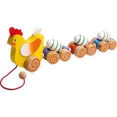 Gaina din lemn însoțită de fragilele ei ouă pe roți va fi o jucărie fascinantă pentru cei mici! În timpul mersului, oule se vor roti pe vagoanele lor.