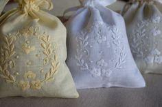 Saquinhos em linho bordados e com alfazema. Perfeito para um pequeno presente-ofereça o que é nosso!! WWW.BORDAL.PT https://www.bordal.pt/lencos-lembrancas/lembrancas/sacos-de-cheiro-07322.html #bordal #handmade #bordadomadeira #madeiraemboidery