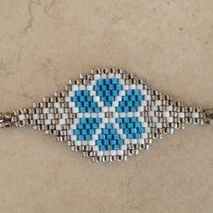 Bracelet en perles MIYUKI 11 délicas blanc, argent et turquoise  Tissage à la main avec une aiguille  Dimensions hors accroche : 5 x 2, 3 cm Fermoir mousqueton et chaîne acie - 20364570
