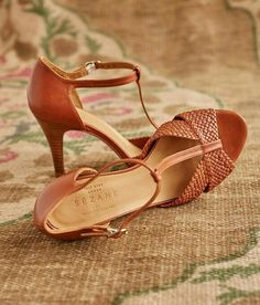 Sézane Salome Heel T-Strap Sandals - Tan woven/braided strap at toes - T-strap design - Adjusted ankle strap - heel - EUC - European Size 35 / US Size 5 Sezane Shoes Pretty Shoes, Beautiful Shoes, Cute Shoes, Me Too Shoes, Stilettos, High Heels, Black Heels, Pumps, Shoe Boots