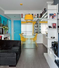 Móveis e revestimentos coloridos repaginam apê de humorista - Casa