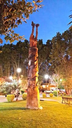 Vista nocturna de Plaza San Martín. San Rafael.