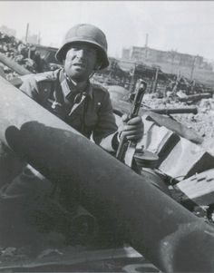 A German Leutnant armed with a captured Soviet submachine gun. It was a rather popular weapon with the Germans, who often converted captured copies to calling it the Unconverted examples, still firing the Soviet were also a common sight. Ww2 History, Military History, Bataille De Stalingrad, Eastern Front Ww2, Battle Of Stalingrad, German Uniforms, War Photography, German Army, World War Two