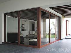 Cancel: Muro divisorio, generalmente de madera, que se coloca frente a las puertas de acceso