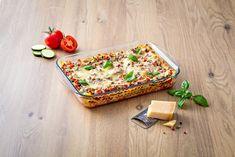 De 2-delige schalen van Pyrex zijn multifuntioneel. Zelfgemaakte lasagne op het menu? Etenswaar opwarmen in de magnetron? Of bewaren in koelkast of vriezer? Met de ovenschalen van Pyrex kan het allemaal. Als je de schalen na gebruik weer schoon de kast in wilt, zet je de schalen in de vaatwasser, want deze krasbestendige ovenschalen kunnen dat prima hebben. De schalen komen met een deksel, deze maakt het mogelijk om etenswaar te bewaren en op te warmen tussen -40°C en 300°C. Pyrex, Oven Dishes, Products, Oven, Kitchen Must Haves, Glass Dishes, Healthy, Dutch Ovens