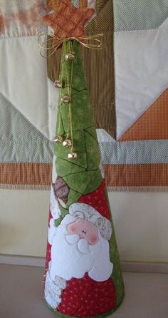Studio of Berê: Santa Claus Cone in styrofoam Patchwork :: :: needleless Christmas Fabric Crafts, Quilted Christmas Ornaments, Small Christmas Trees, Fabric Ornaments, Christmas Sewing, Noel Christmas, Christmas Projects, All Things Christmas, Holiday Crafts