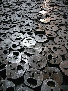 Shalechet - Fallen Leaves by Menashe Kadishman @ Jewish Museum, Berlin Over open-mouthed faces coarsely cut from heavy, circular iron plates cover the floor. A powerful reminder of the death and suffering. Autumn Leaves, Fallen Leaves, Jewish Museum Berlin, Museum Studies, Artistic Installation, Jewish Art, Land Art, How To Memorize Things, Gray