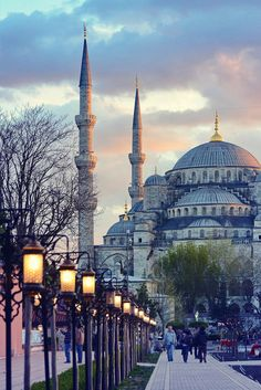 The Blue Mosque Sultanahmet | Istanbul Travel Guide - Awesome Things to do, Best Restaurants and Cool Places to Stay | via @Just1WayTicket