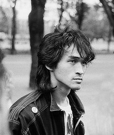 P Viktor Robertovich Tsoi (Russian: Ви́ктор Ро́бертович Цой; June 1962 – 15 August was a Soviet musician, songwriter, and leader of the band Kino. 80s Music, Music Film, Music Icon, Alternative Artists, Don Juan, Rock Groups, Pretty Boys, Hard Rock, Picture Video