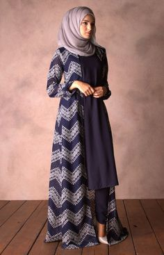 This Elegant muslim outift ideas for eid mubarak 17 image is part from Elegant Muslim Outfits Ideas for Eid Mubarak gallery and article, click read it bellow to see high resolutions quality image and another awesome image ideas. Modesty Fashion, Abaya Fashion, Fashion Dresses, 70s Fashion, Vintage Fashion, Hijab Style, Hijab Chic, Islamic Fashion, Muslim Fashion