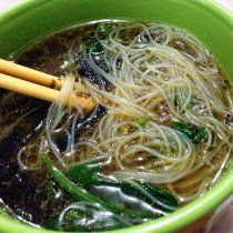 Receta de Noodles de Arroz con Espinaca y Hongos Portobello