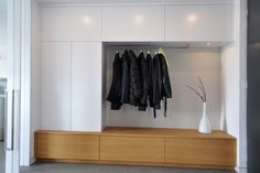 Garderoben, Möbel für Flure und Eingangsbereiche nach Maß Сплошной фасад и открытое хранение для одежды. Hall Wardrobe, Wardrobe Design, Interior Architecture, Interior And Exterior, Interior Design, Armoire Entree, Wardrobe Furniture, Hallway Storage, Entry Hall
