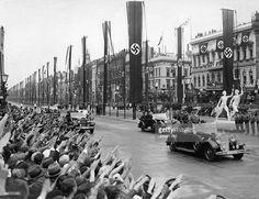 Olympische Spiele 1936 in Berlin- jubelnde Bevoelkerung an der Strasse Unter den Linden vor der Einmuendung zum Pariser Platz waehrend der Vorbeifahrt Adolf Hitlers und seiner Begleitung auf dem Weg zur Eroeffnung der Spiele