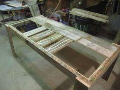 Une table avec des palettes désassemblées